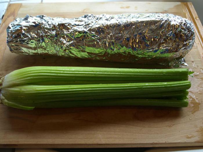 Чтобы продлить срок хранения сельдерея и брокколи, храните их завернутыми в фольгу.