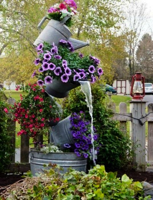 Вертикальный фонтан из цветов. | Фото: Stars Insider.