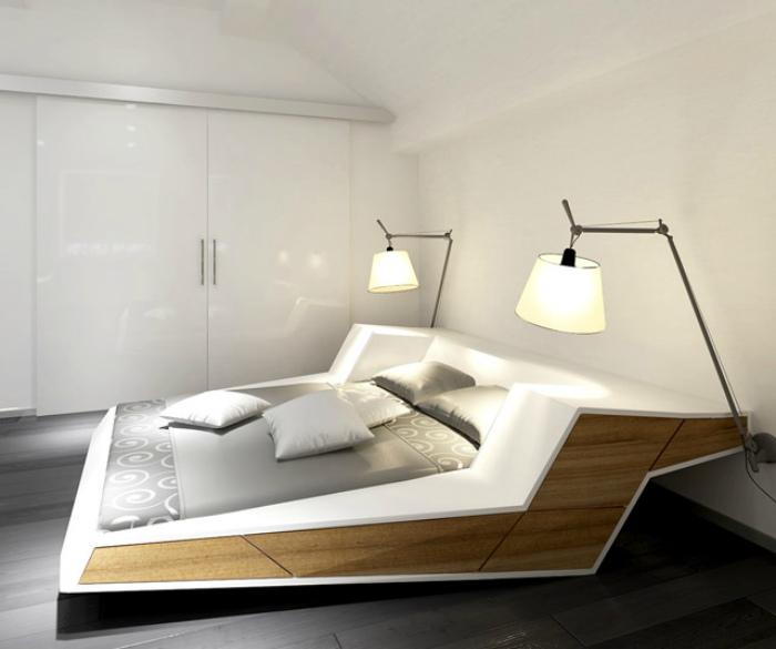 Большая кровать с необычным дизайном каркаса.