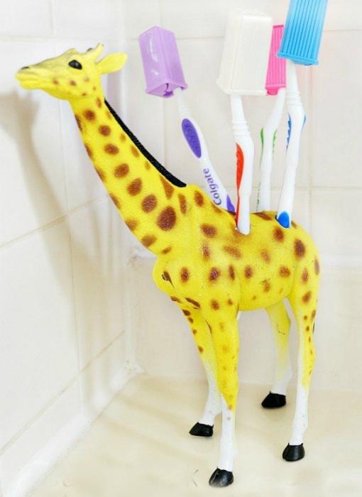 Яркая подставка для зубных щеток.