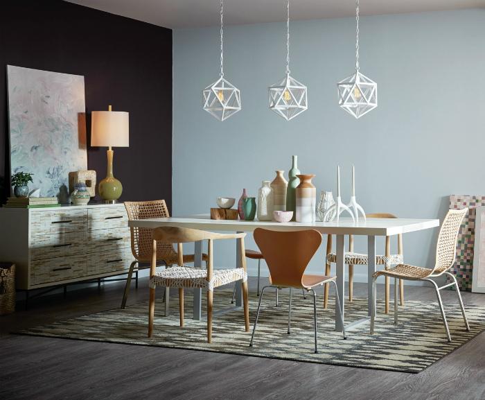 Сочетание светлого и темного оттенка в интерьере столовой.