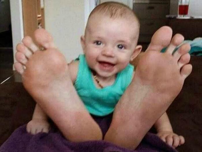 Огромные ступни.