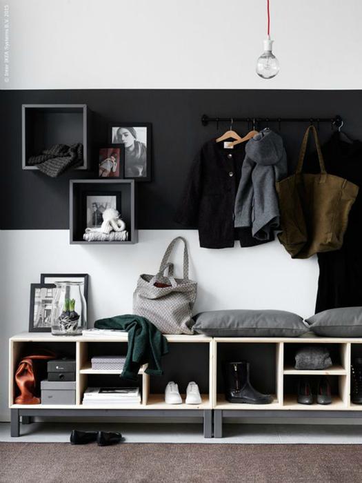 Широкая черная полоса на стене.