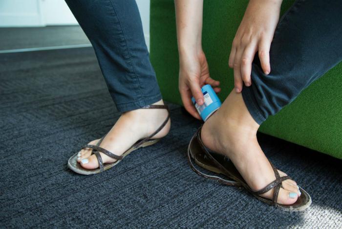 Чтобы новая обувь не натирала, нужно намазать пятки твердым дезодорантом.