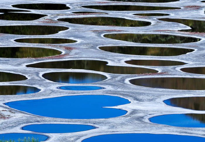 Минеральное озеро с множеством разноцветных резервуаров, которые появились на поверхности воды благодаря высокой концентрации сульфата магния, кальция, натрия, серебра и титана.