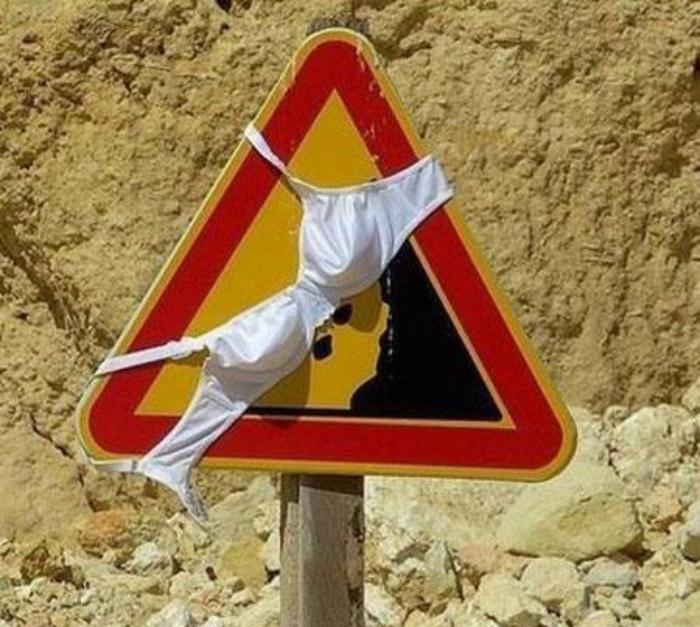 Дорожный знак в бюстгальтере.