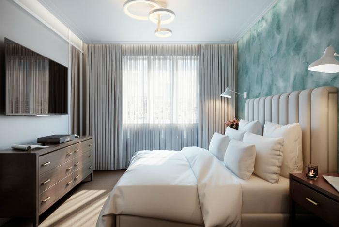 Элегантная спальня с акцентной стеной.