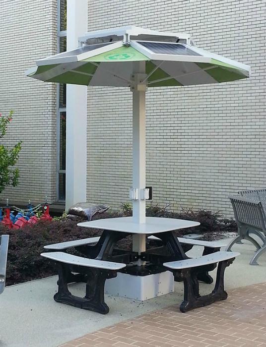 Столы с солнечными батареями и розетками для зарядки гаджетов.