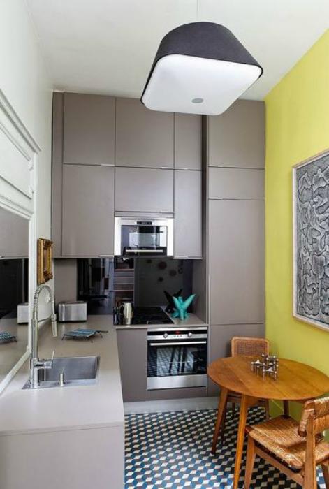 Скромная кухня в серо-желтых тонах.