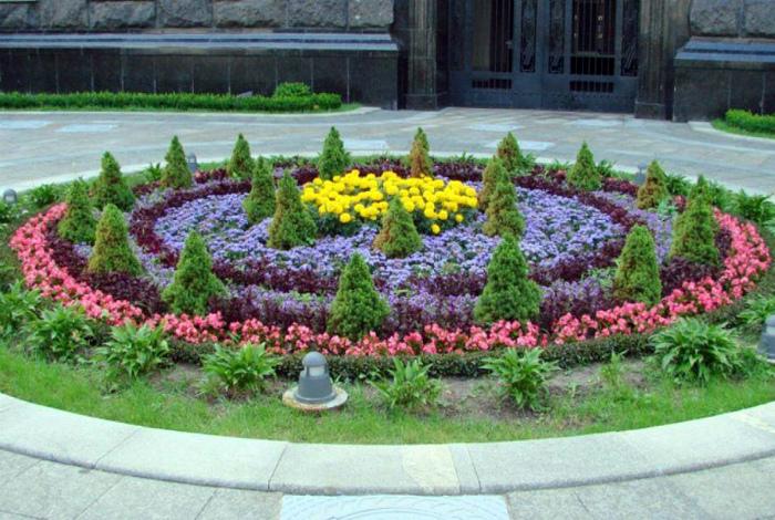 Масштабный цветник круглой формы.