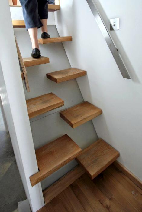 Лестница с оригинальными ступенями.