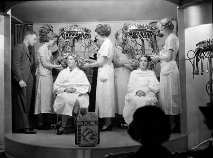 Аппарат для перманентной завивки волос. 1936 год.