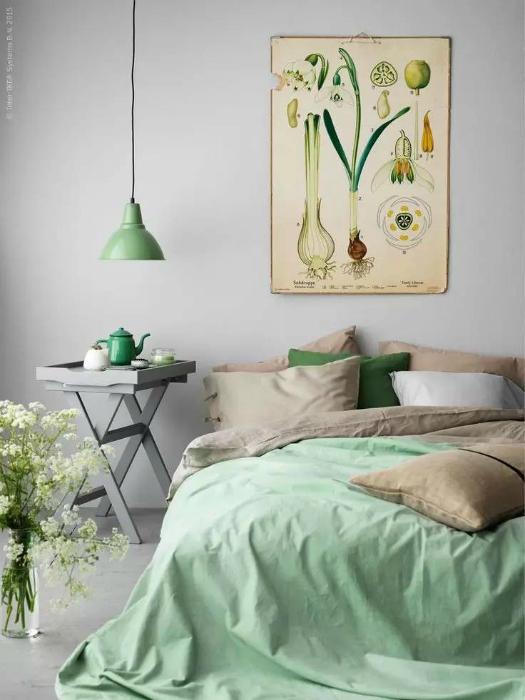 Чудесная спальня в серо-зеленых тонах.