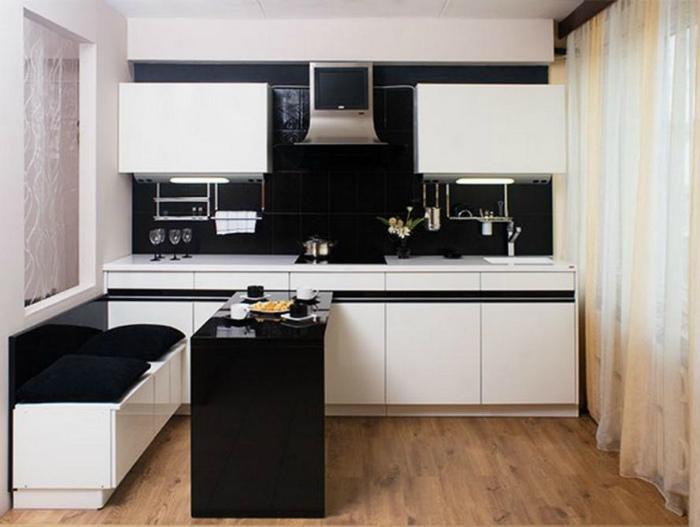 Небольшая кухня в черно-белых тонах.