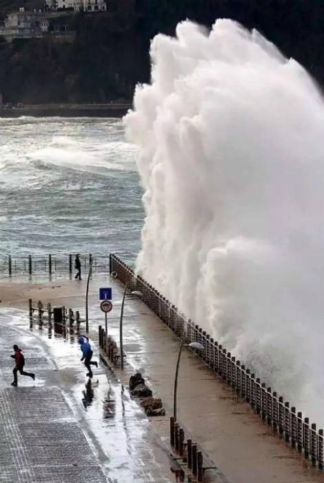 Огромная волна.