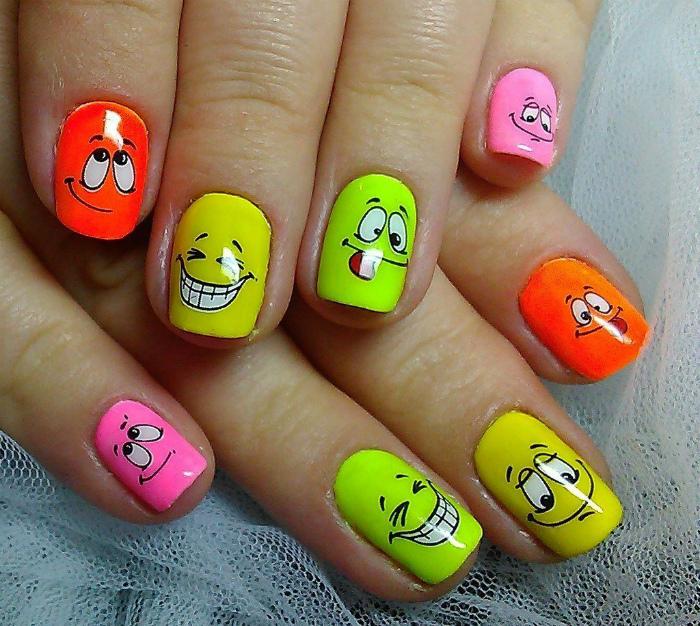 Яркие ногти с веселыми рожицами.