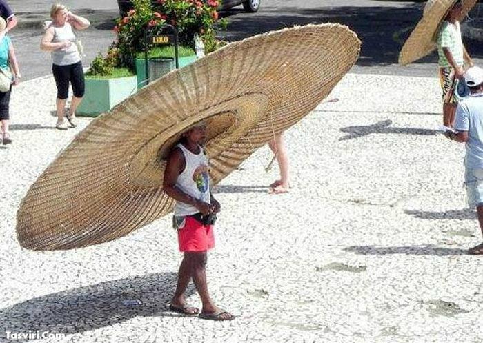 Очень большая шляпа.