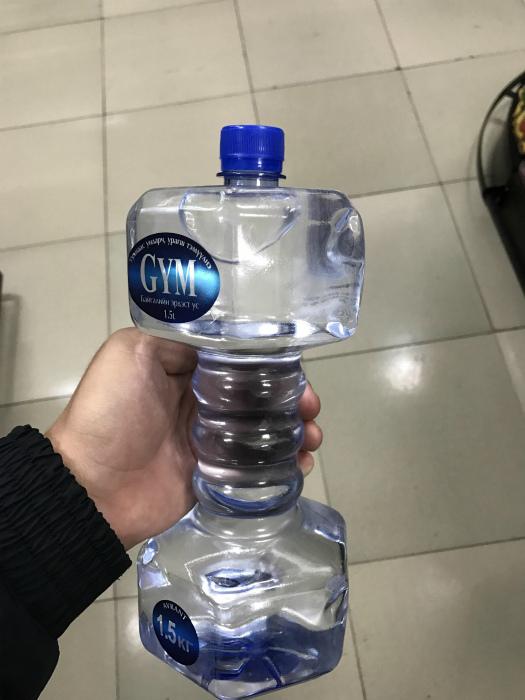 Бутылка в виде гантели.