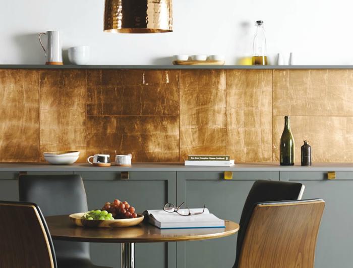 Кухонный фартук, украшенный золотой плиткой.