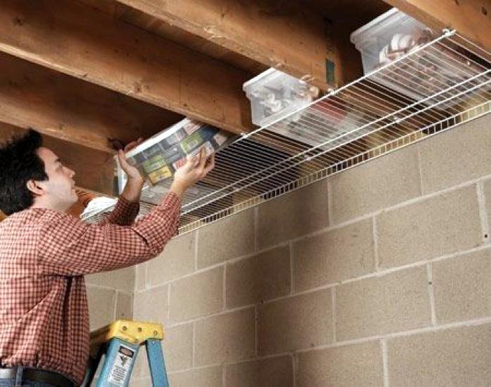 Хранение в гараже под потолком. | Фото: TREND4HOMY.