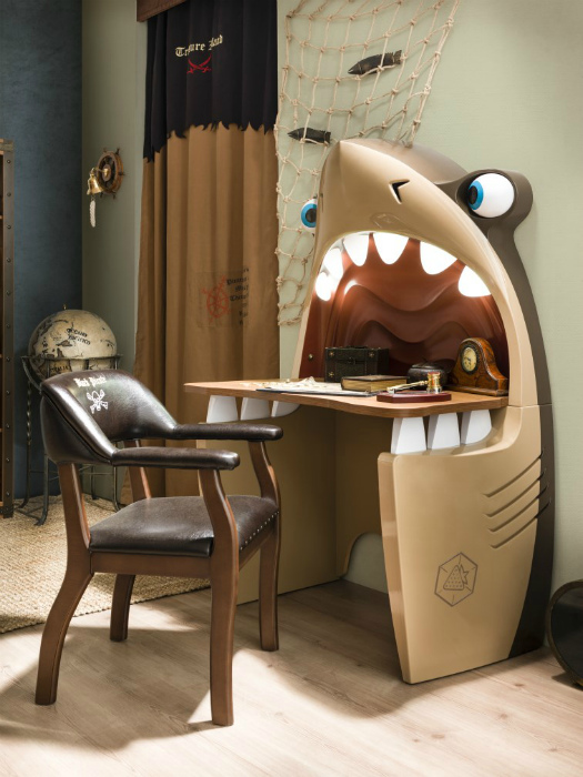 Письменный стол в виде акулы.