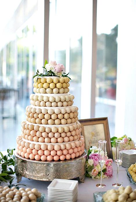 Свадебный торт из бисквитных шариков.