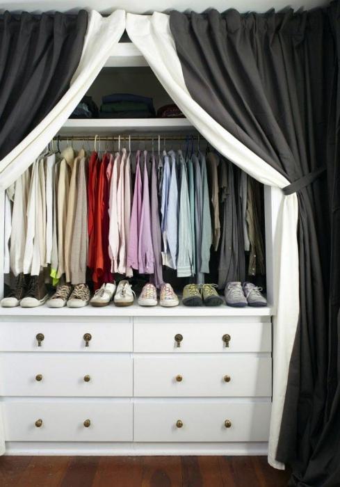 Элегантная гардеробная за шторами.