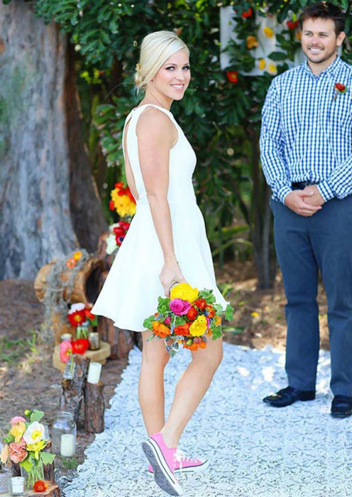 Короткое белое платье и кеды.
