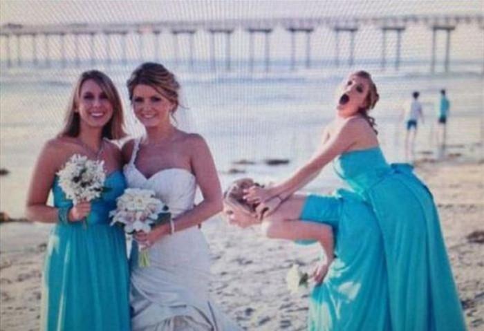 У подружек на заднем плане своя «свадьба».