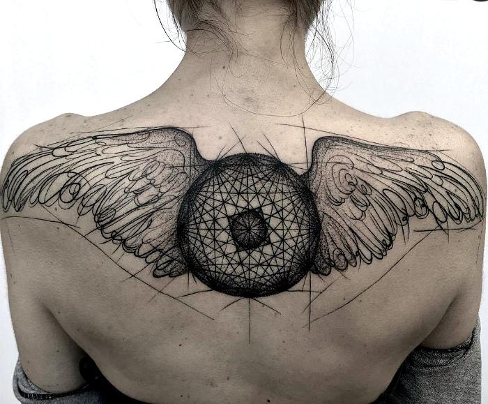 Массивная татуировка с изображением крыльев.