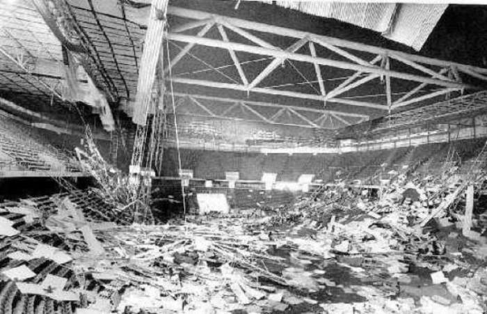 Крыша Кемпер-арены представляла собой несколько большепролетных покрытий, которые должны были защищать от дождя и ветра, но сила болтов, на которых она держалась была высчитана неправильно. В 1979 крыша рухнула. К счастью, никто не пострадал.