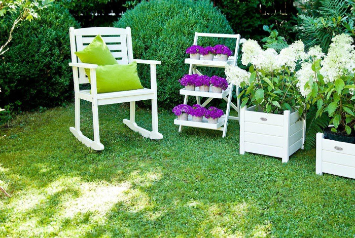 Белоснежная садовая мебель.
