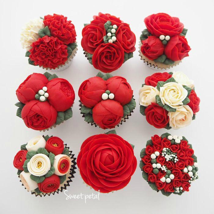 Капкейки, украшенные красными цветами.