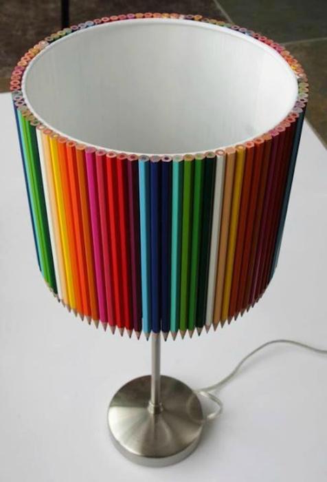 Абажур, украшенный карандашами.