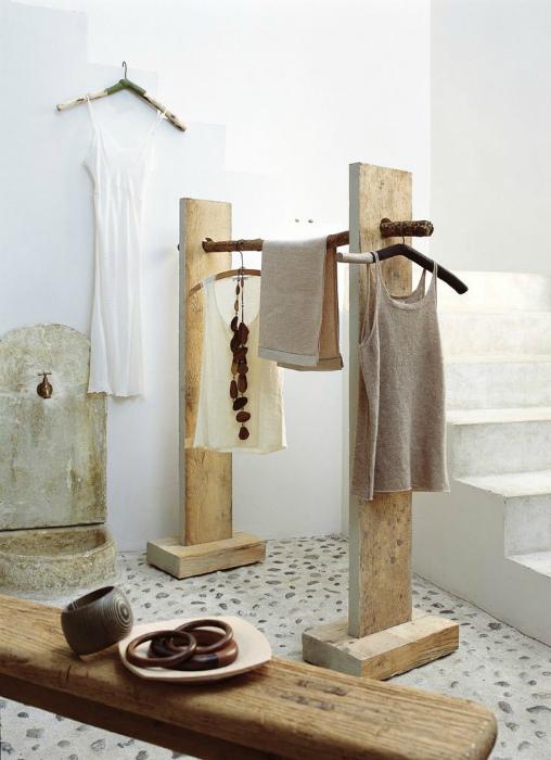 Напольная вешалка для одежды.