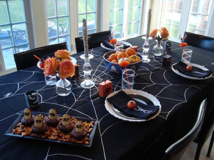 Сервировка стола к вечеринке по случаю Хэллоуина.