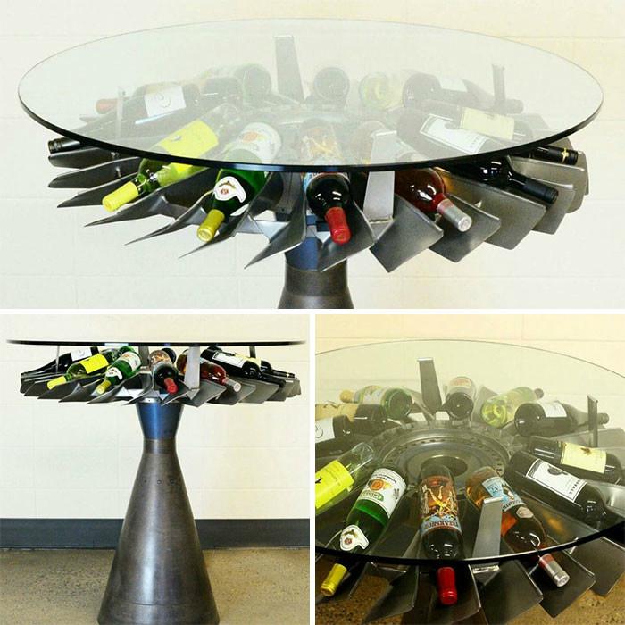 Круглый стол с местом для вина.