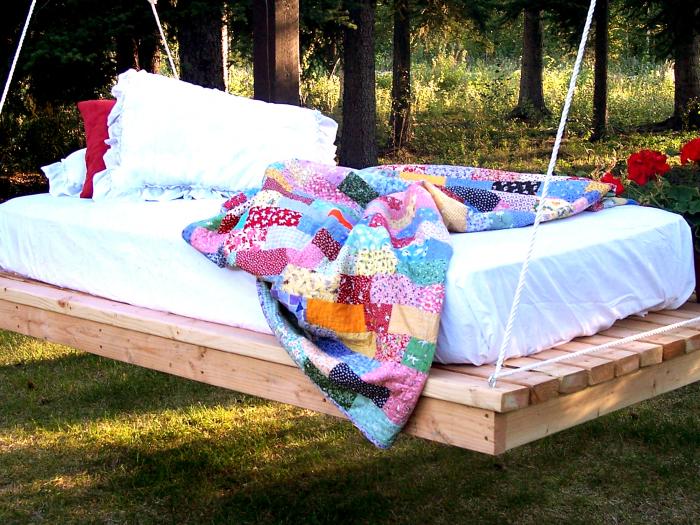 Подвесная кровать под открытым небом.