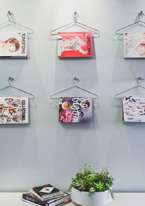 Стены, украшенные журналами.