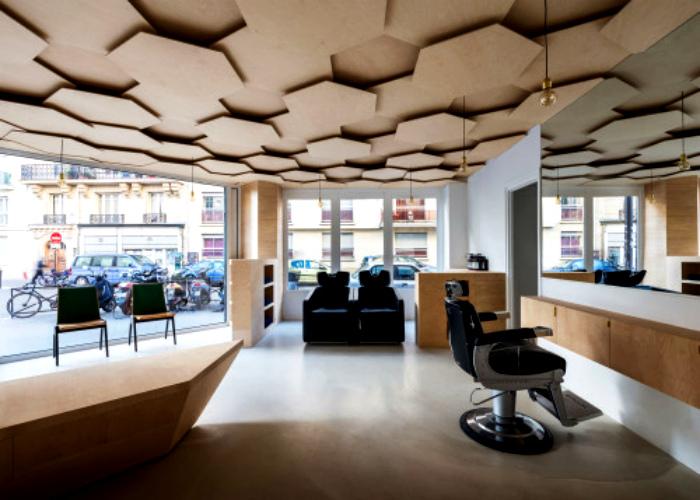 Подвесной потолок из шестиугольных панелей.