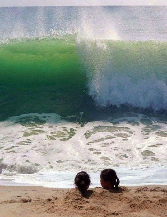 Эти маленькие девочки сейчас узнают, что за аттракцион «Морская волна».