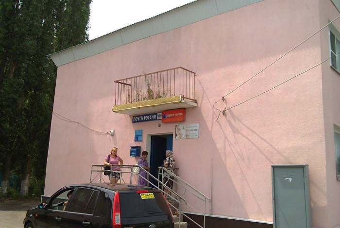Этот балкон, как бы намекает, что почта России - довольно странное местечко.