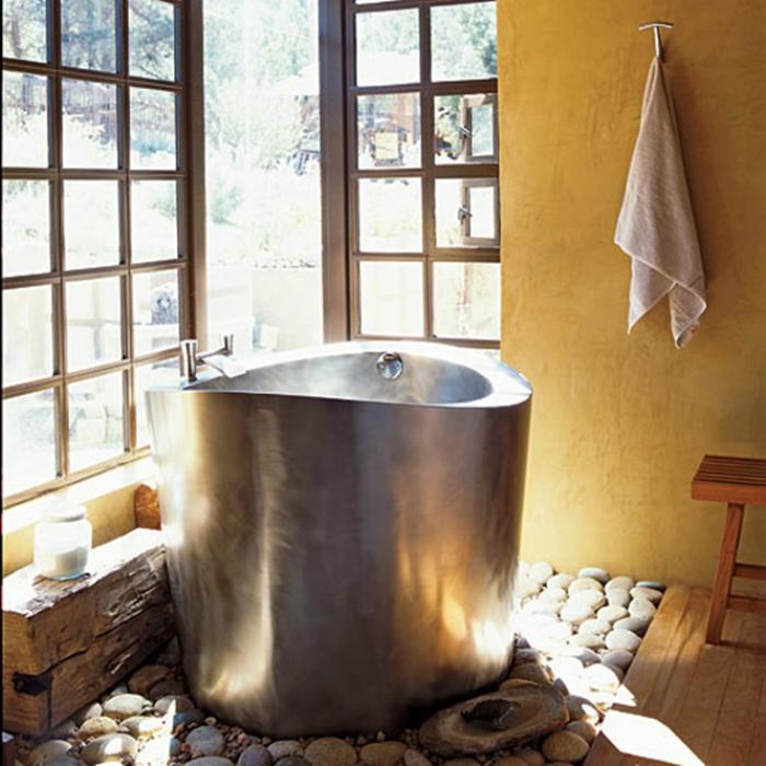 Небольшая ванна из металла.