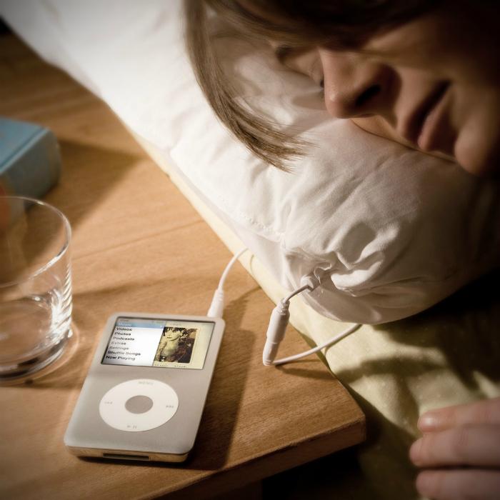 Подушка, к которой можно подключить плеер и засыпать под любимую музыку.