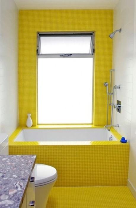 Ванная комната в бело-желтых тонах.