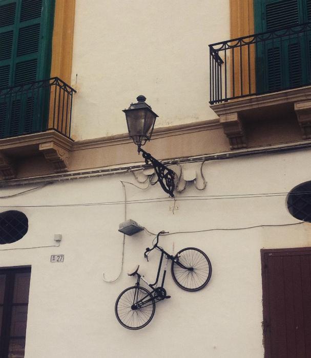 «Припарковал» велосипед.