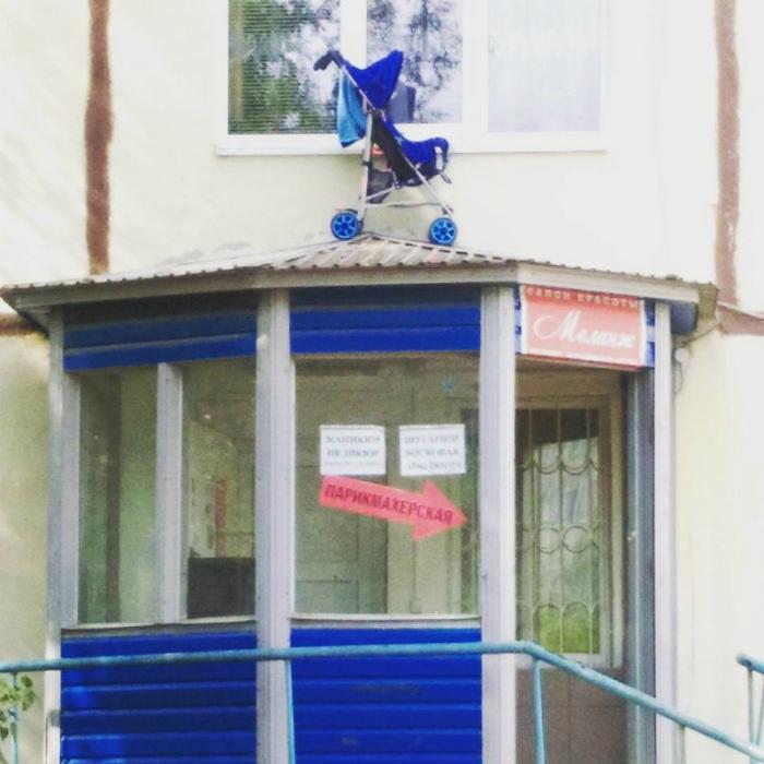 Хранение коляски на крыше магазина.
