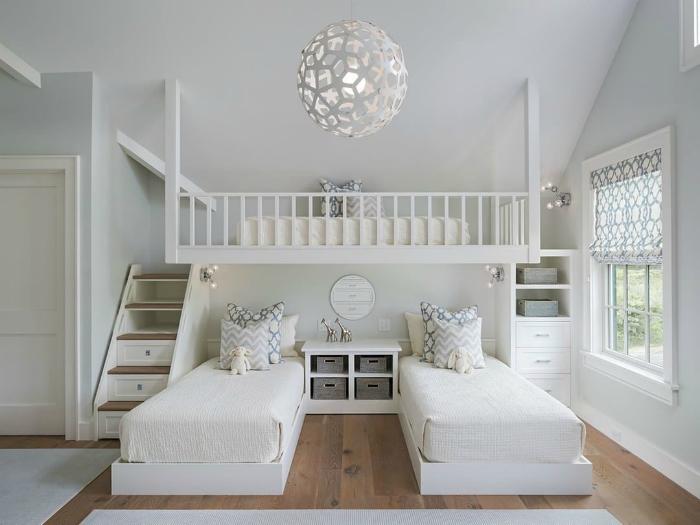 Белоснежная спальня с тремя кроватями.
