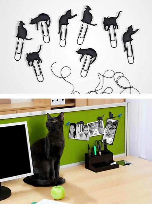 Набор скрепок, украшенных фигурками черных кошек.
