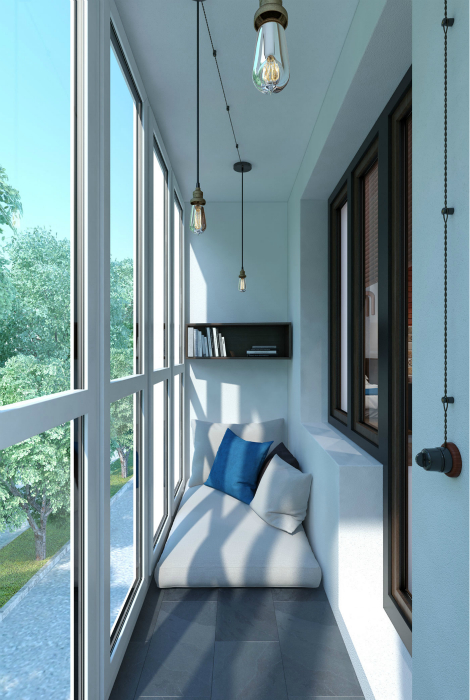 Интерьер крошечной лоджии с панорамными окнами.
